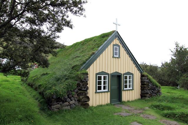 Chiesa col tetto in erba di Hof