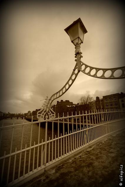 Fiume Liffey e half penny bridge-Dublino