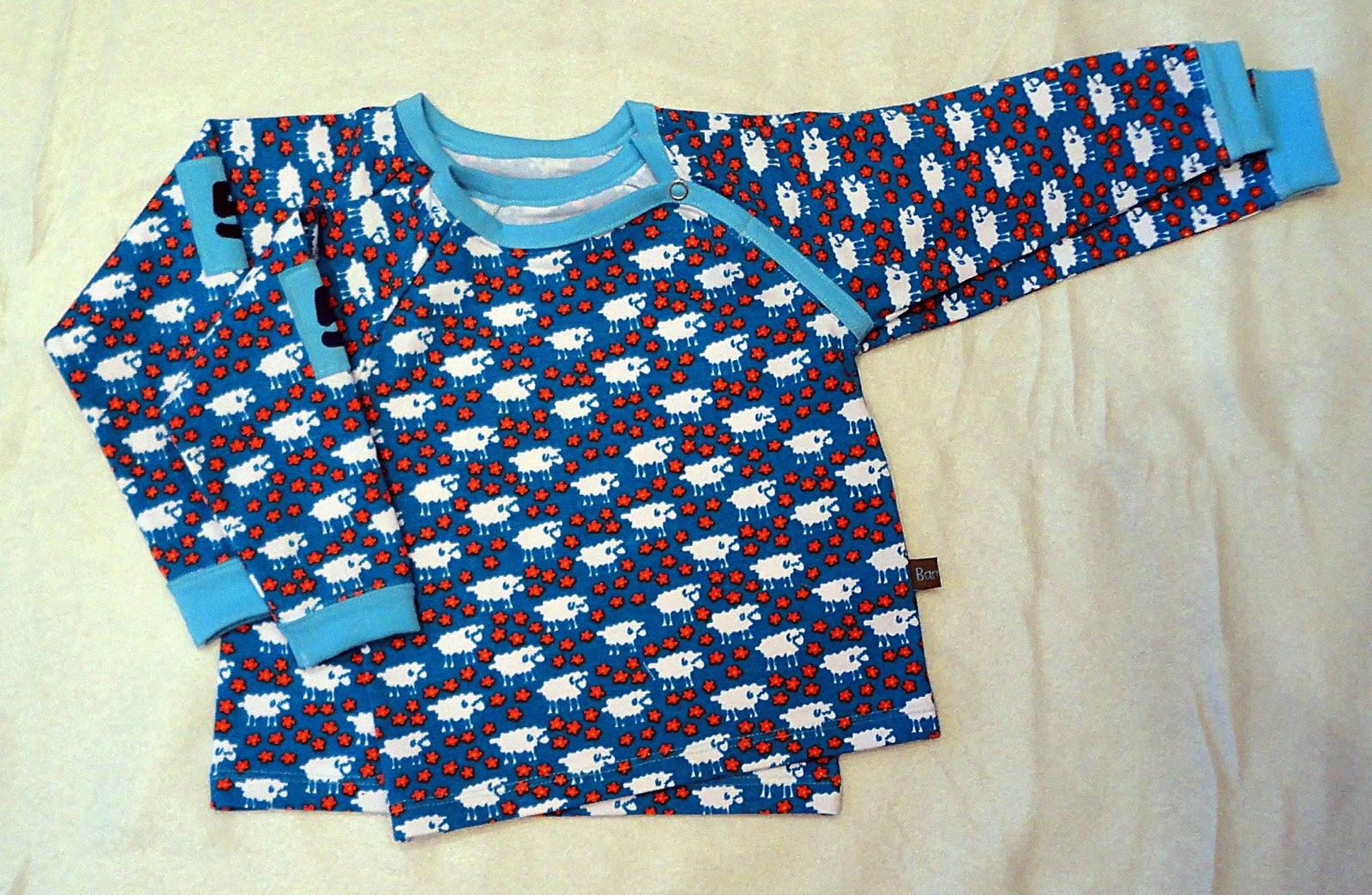 Långärmade tröjor sydda i mörkturkos ekologisk bomull(90%)  lycra(10%) med  retro fårtryck. Tryckknapp i tröjans vänstra raglansöm för lättare av   påklädnad 1d05fd6aaf86e