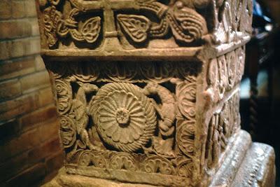 roda do universo ladeada por grifos- Bridekirk, Inglaterra