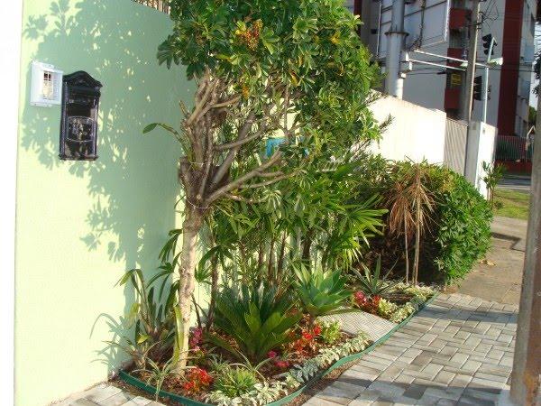 As ideias para decorar o jardim de entrada e valorizar a fachada da sua casa proporcionam um ambiente mais aconchegante e convidativo. Momentos Paisagismo Na Calcada O Que E Recomendado E O Que Nao E Recomendado