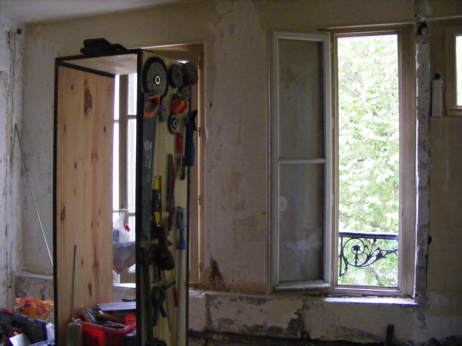 un nid paris fen tre sur rue. Black Bedroom Furniture Sets. Home Design Ideas