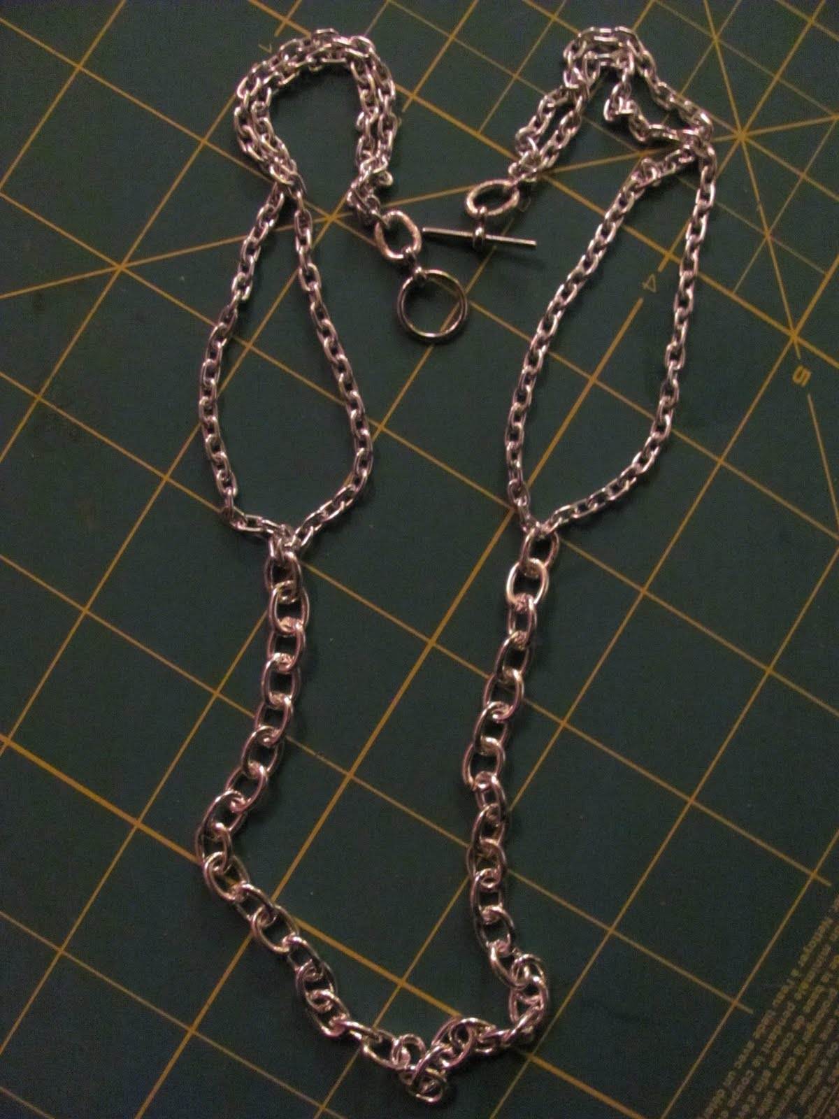 725bd7c4f86731 Cut a section of the larger chain about 9-12 inches long or so, and attach  it to the loose ends of the smaller chain to make the necklace base.