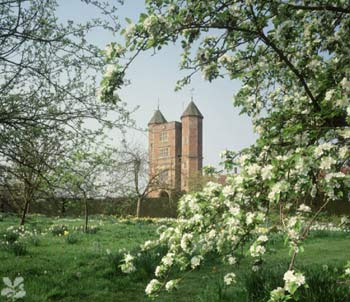 http://2.bp.blogspot.com/_Y_f0num1Zn4/S6aL1HvtK6I/AAAAAAAAAcc/qso-5MNO-qs/s400/w-107068-sissinghurst-orchard_towers-gallery_picture.jpg