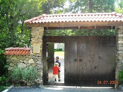 Входната порта на Земенския манастир
