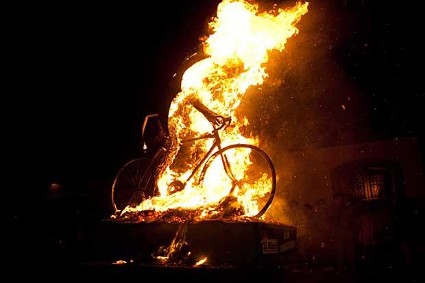 Diavolo+in+fiamme+-+La+rappresentazione+del+diavolo+%2528in+bicicletta%2529+%25C3%25A8+stata+bruciata+ad+Antigua%252C+in+Guatemala%252C+alla+vigilia+della+festa+dell%2527Immacolata+Concezione.jpg