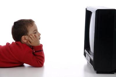 Criança solitária na frente da televisão fica carente e insatisfeita