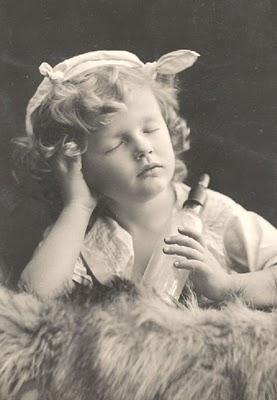 Carte postale ancienne, enfant dort