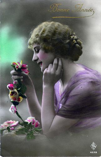 Carte postale ancienne femme et fleurs