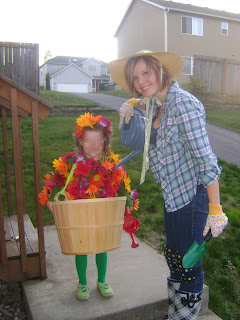 (Ok so Iu0027m a freak. It stresses me out to have my kids face all over the internet...as if there are millions looking at my little blog. But still.  sc 1 st  Ruffles and Roses & Ruffles and Roses: Kidu0027s Flower Pot Halloween Costume - Guest Tutorial!