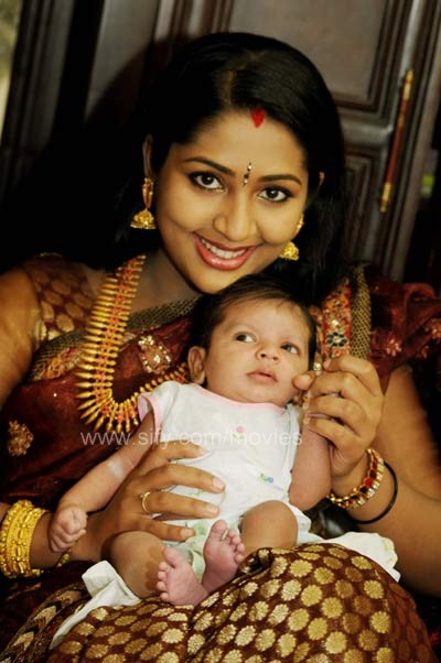 Bangle Girl Wallpaper Navya Nair Turns Mother Mollywood Frames