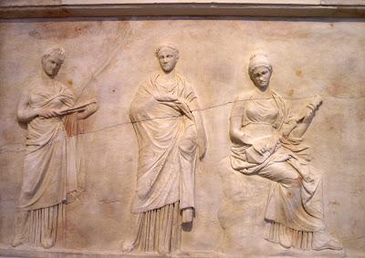 Tres Musas. Bajorelieve de Mantinea. Escuela de Praxíteles