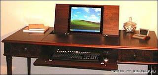 Компьютерный стол сделан под антикварную мебель.