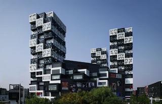 Здание похоже на шахматную доску.