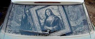Даже Мона Лиза улыбается.