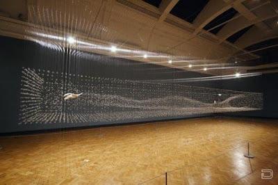 Странная скульптура в большом зале.