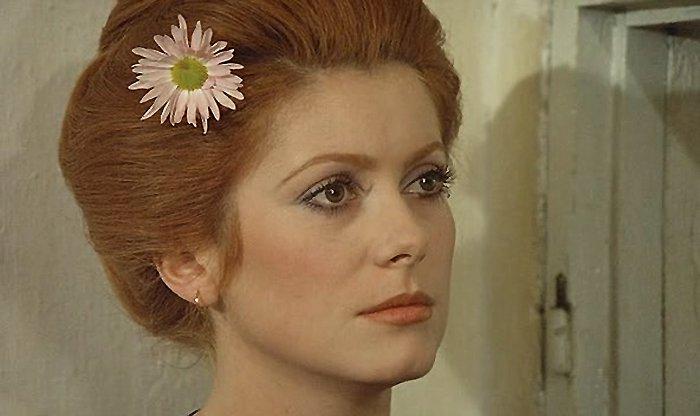 Lisa Papineau Actress Wearing Flowers In Her Hair