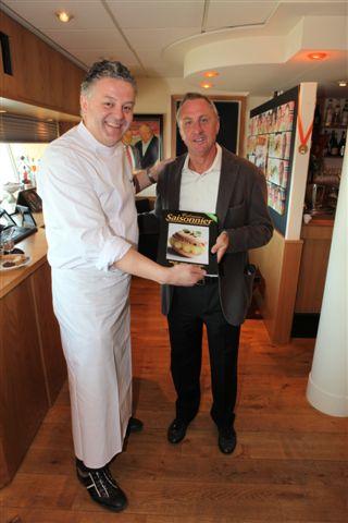 cfcb5e88347 Aspergechef van het jaar René Brienen kookte gisteren met zijn team in de  Champions Lounge van Amsterdam Arena voor Johan Cruyff.