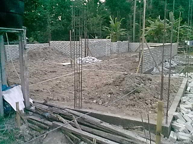 Haa Nampak Tak Tanah Dalam Petak2 Rumah Ni Dah Tambak Diambil Dari Tempat Tangki Septik Tadi Laa Selain Itu Ada Juga Digali Lubang Lain Di
