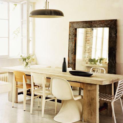 Mid de cadeiras diferentes na sala de jantar. Blog Achados de Decoração