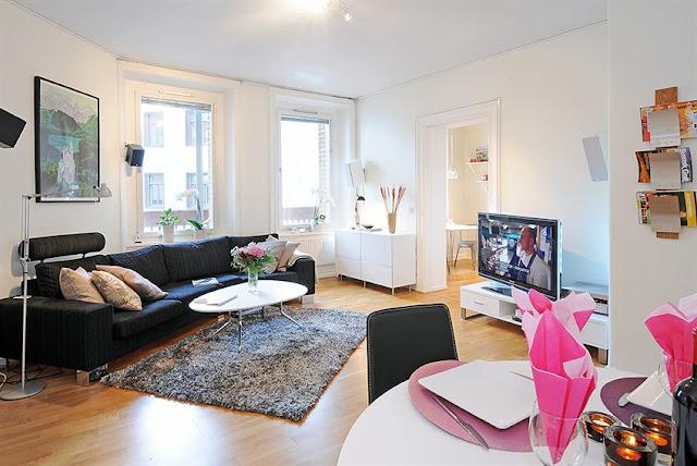 Sala de estar com sofá preto. Blog Achados de Decoração