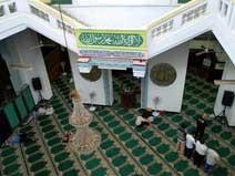 Suasana shalat di Masjid Mutia, Jakarta