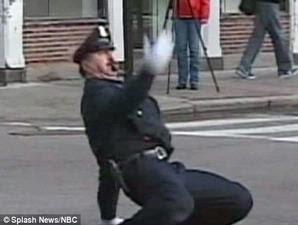[PICS+VIDEO] Polisi Atur Lalu Lintas Sambil Menari