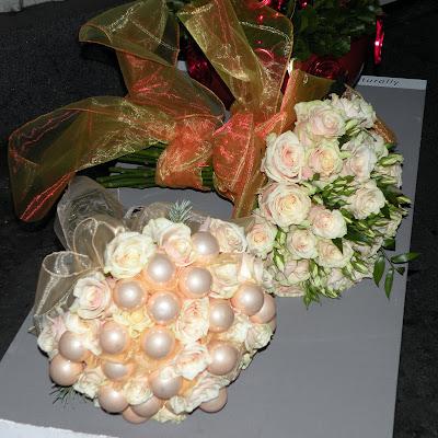 69d65aa023724c Urzekły mnie głównie okrągłe bukiety z róż, jak i kompozycja w naczyniu i  bukiet z drewnianymi paskami (?!):