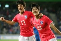 Lee Chung-young and Ki Sung-yung celebrate