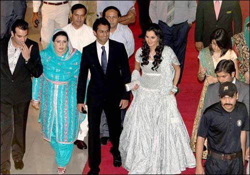 Sania Did Not Wear Any Gold Jewellery Most Of Her Wedding Comprised Artificial Stones Studded In Necklaces And Bangles That Matched The Colour