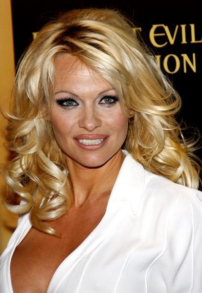 Celebs Exposure: Pamela Anderson bitable tits