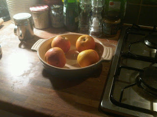 apples in a dish