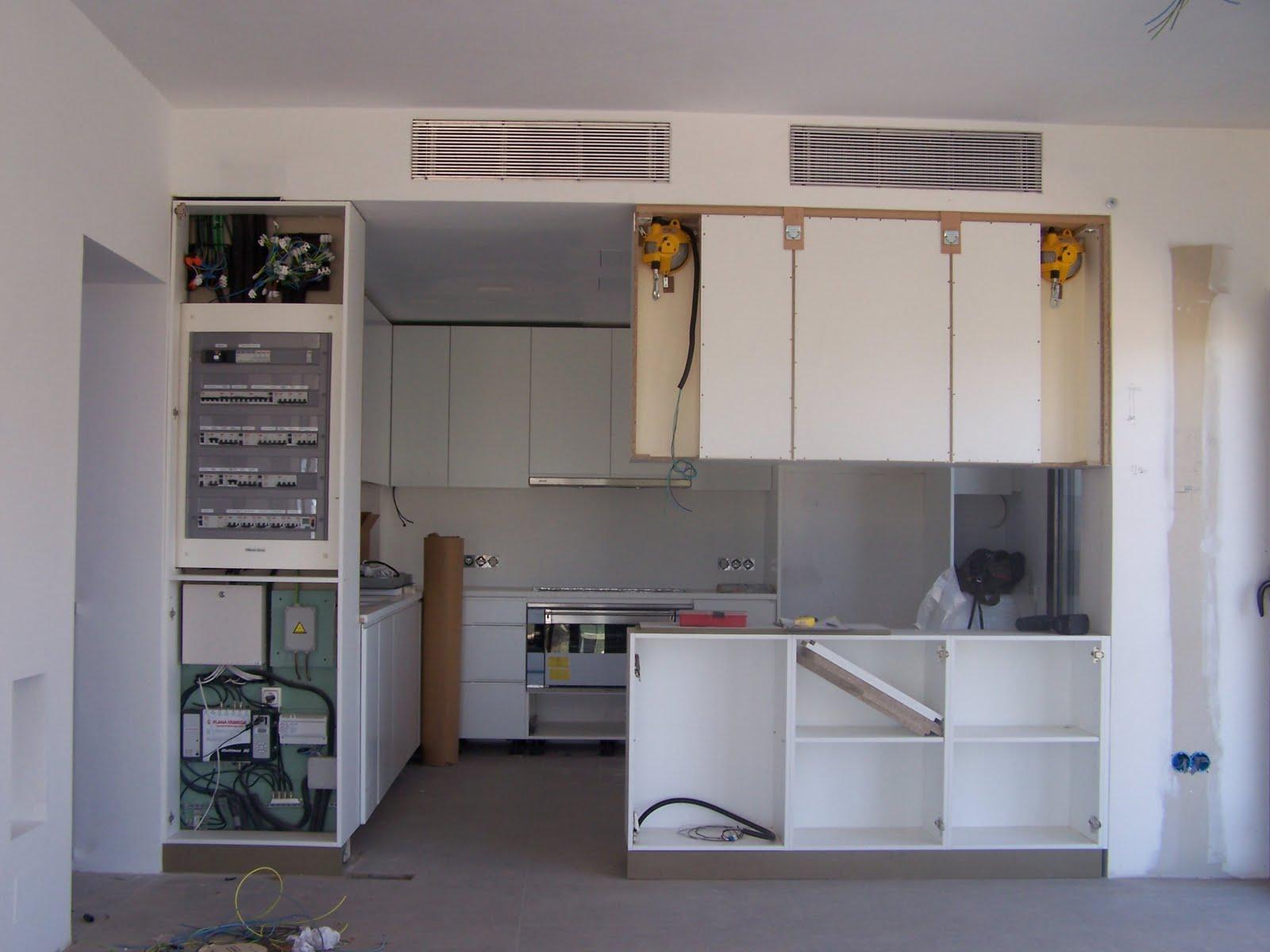 Carpinteria muebles a medida puerta guillotina en cristal - Puerta cristal cocina ...