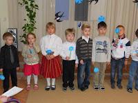 313e77cebe1 Täna tähistas meie lasteaed Eesti Vabariigi sünnipäeva piduliku aktusega.  Õpetajad ja suur hulk lapsi olid end selleks puhuks riietanud eesti  rahvariietesse ...
