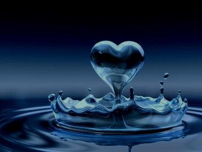 O azul da água é uma verdade universal, que pode ser confirmada cientificamente. Uma vez esclarecidas as sempre interessantes questões da Física, deleitemos a alma com a beleza nostálgica dos azuis marinhos. Inspiremos a aragem profunda emanada pelos mares e deixemo-nos levar pela melancolia macia das águas, ao sabor das ondas celestes do implacável oceano.