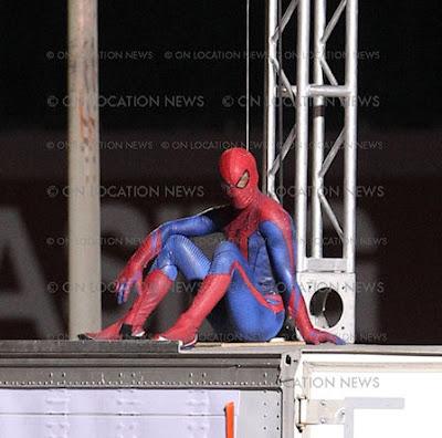 spidermantrajemasdetalle 1 - Spidy trepandose como solo el lo sabe hacer.