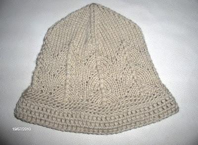 1fa7e6a57d4dd Gorro em tricot feito com fio de espessura média em tom cru