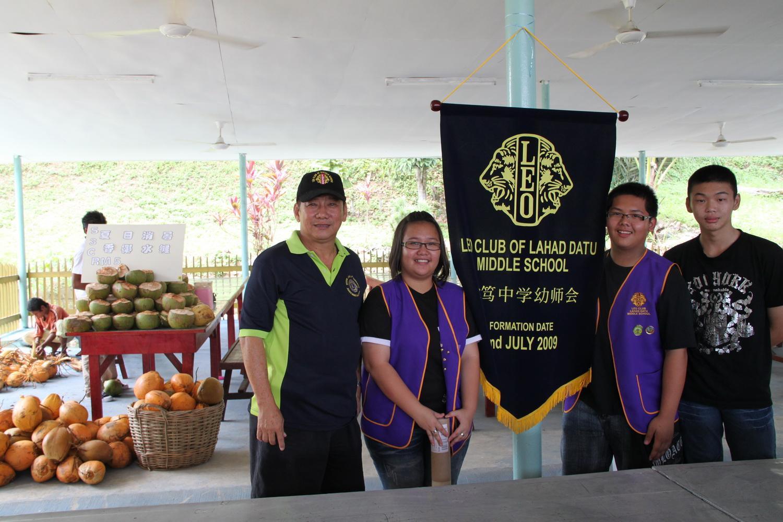 LIONS CLUB LAHAD DATU MANDARIN (5234-062567): 拿篤文華獅子會贊助專售椰青水的攤檔由拿篤中學幼獅會助售