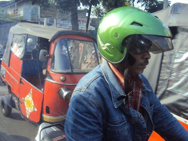 Tali helm terjurai tidak diikat