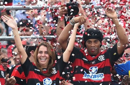 Ronaldinho is presented as Flamengo's new player