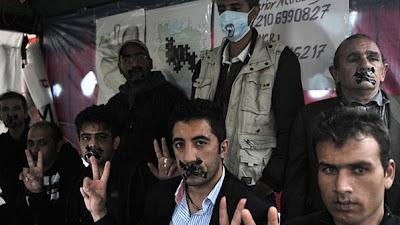 Refugiados iranianos costuram a boca em Atenas