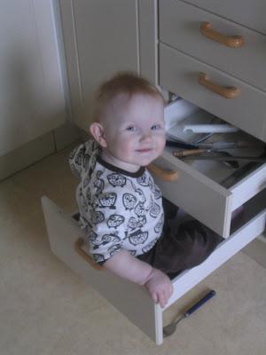 f85a53e8ded Vem behöver möbelfakta. Mathilda bevisar att kökslådorna håller för 13 kilo.