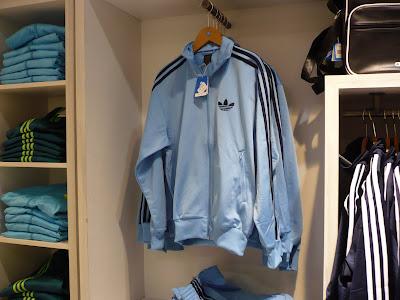 cd26b9791b5 Ici la version en bleu claire avec les bandes bleu marine. Le pantalon  (65€) et la ...