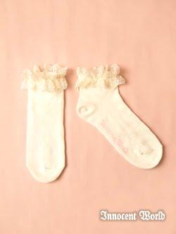 Meias soquetes com rendinhas estão se tornando cada vez mais populares em  lolita e são ótimas opções para quando se está calor. Até porque usar  sapatos sem ... 261b0f857cd