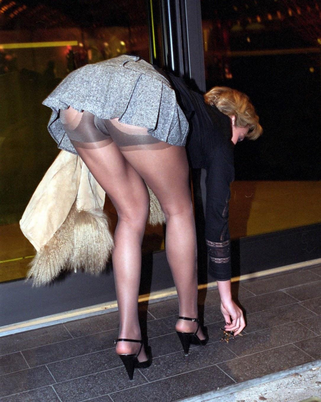 Засветила чулки под юбкой, фото грязный секс крупным планом