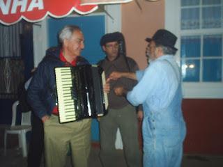 Eduardo Marques conversando com Bras do Acordeaõ e com Lalo 7 Cordas, na Rua do Meio, em Conservatória - RJ