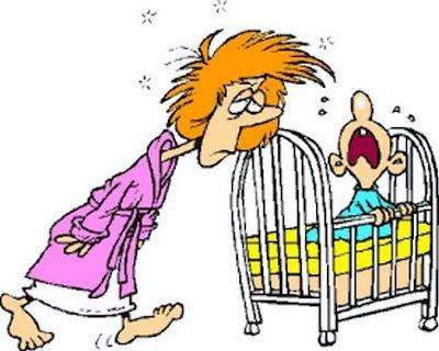 Bebé llorando y madre con sueño