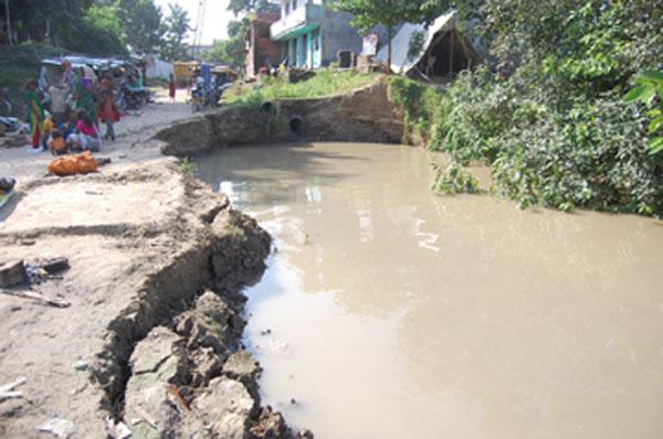 Varanasi view rising ganga eroding the bank in varanasi for Soil erosion in hindi