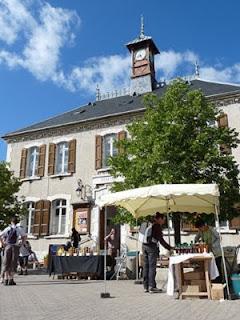 遺産博物館 Maison du Patrimoineの前に名産市