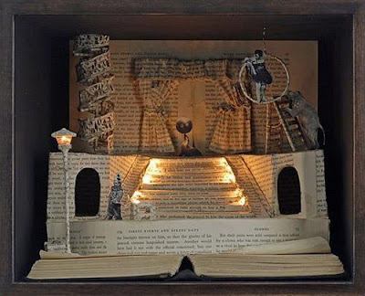 Esculturas de papel em páginas de livro